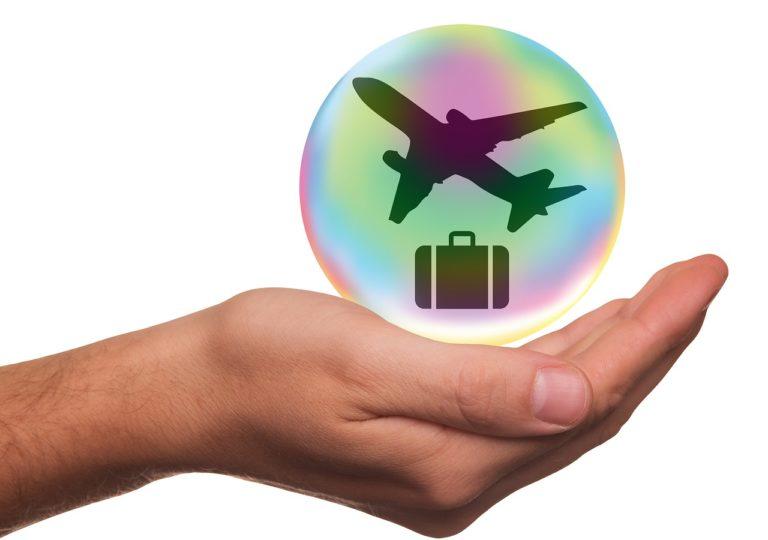 טיסה ומזוודה בבועה ביד